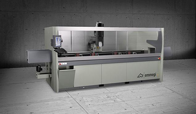 A képen a termék, egy Emmegi Phantomatic M3 CNC megmunkáló központ látható.