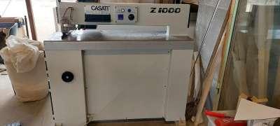 A képen a Casati Z-1000-es furnér cikk-cakk varrógép látható