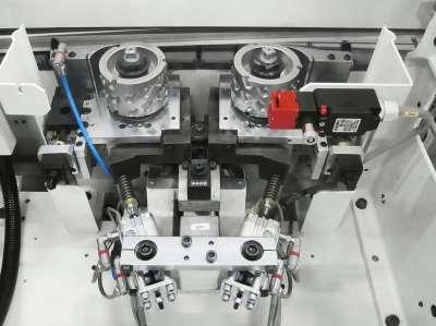 A képen a stefani kd automata élzárógép előmaró egysége látható.