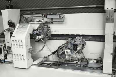 A képen a stefani kd automata élzárógép végkerekítő egysége látható.