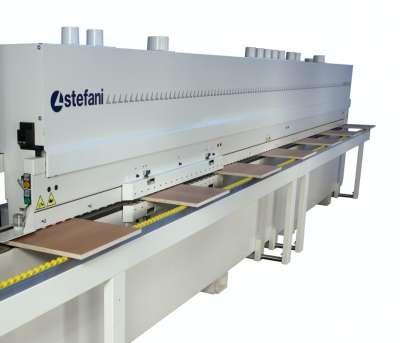 A képen a stefani md gép termelékenységét jelezve az látható ahogy egyszerre több kisebb külön álló panel halad át.
