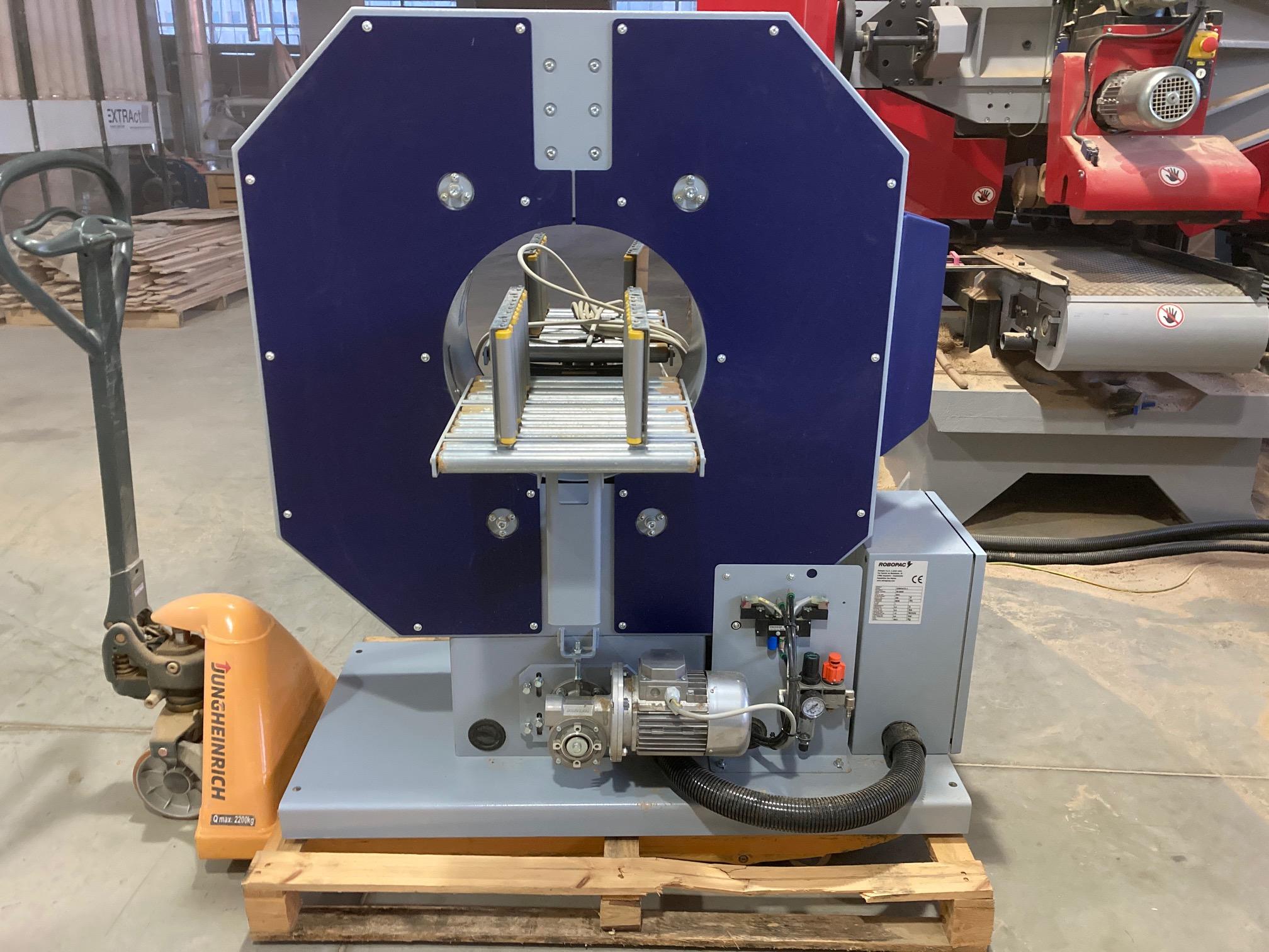 A képen a termék, egy Robopac Compacta 4 - csomagoló gép látható.